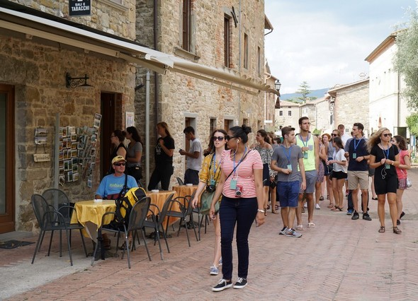 Déambulation dans la via Guglielmi avec, pour beaucoup, une station plus ou moins définitive au bar de Silvia pour déguster une glace italienne artisanale...