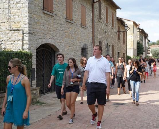 Presqu'arrivé à l'extrémité de la via Guglielmi,le groupe va bientôt se lancer dans la montée de la via Tre Martiri.