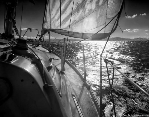Juste devant la proue du voilier, on peut deviner la pointe sud de l'Isola Minore sur le point d'être contournée.09:52.