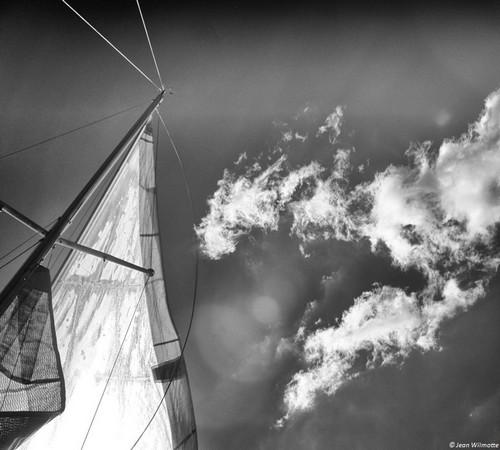 Au-dessus du génois, un ciel fort dégagé.09:55.