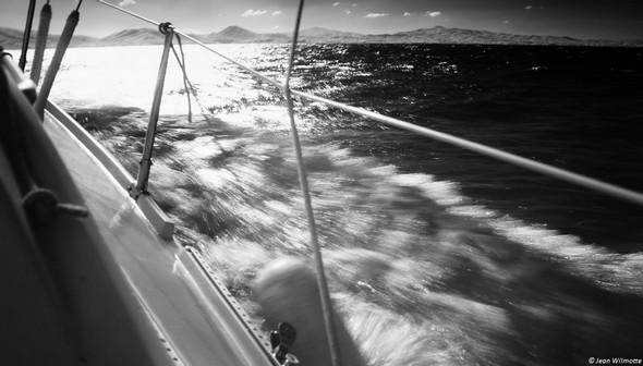 Notre voilier sabre l'eau avec vigueur...10:39..