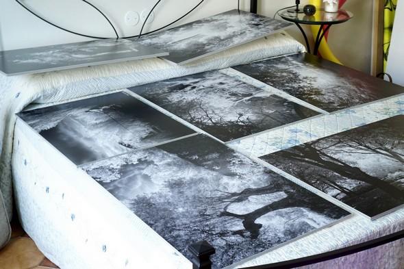 Sur le lit de notre chambre d'amis, les sept premières photos imprimées en grand format !