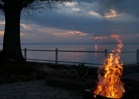 Au crépuscule, le feu de Fabienne face au lac Trasimène.