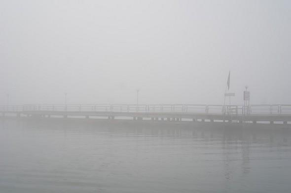 Le pontile du traghetto à Tuoto-Navaccia noyé dans le brouillard.A droite, l'escalier de débarquement de la barque de transport privé.