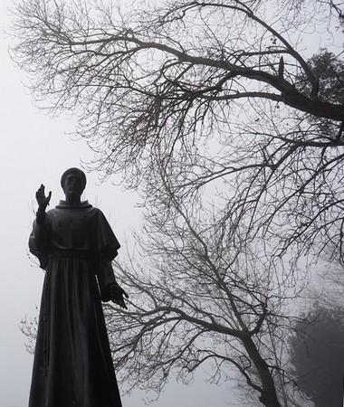 Heureusement que saint François est toujours là pour protéger l'Isola Maggiore, même quand elle est noyée dans un épais brouillard !