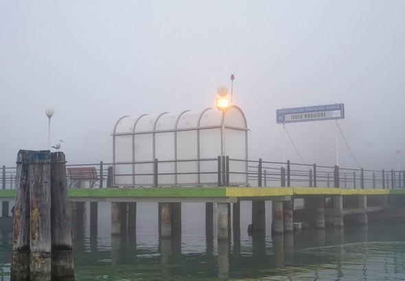 """Extrémité du pontile de l'Isola Maggiore.Poste d'amarrage des """"traghetti""""."""