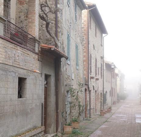 Les premières maisons côté lac, à l'extrémité sud de la via Guglielmi, au pied de la via Tre Martiri.