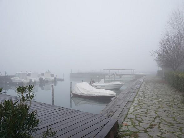 La première darse de l'Isola Maggiore (la plus au sud).Même sentiment de suspension de la vie : peu de barques et la plupart bâchées car non utilisées...