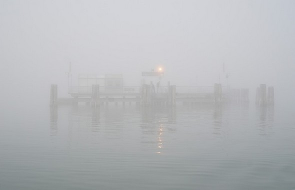 Route au 150°.L'extrémité du pontile de Tuoro-Navaccia commence à se fondre dans le brouillard.