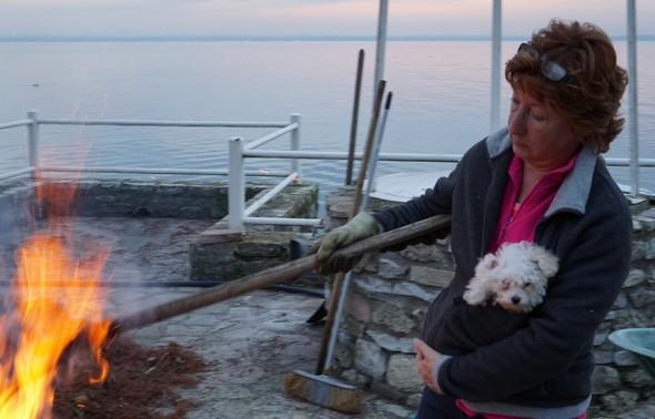 """Dans les bras de Fabienne, Charley, le chien de notre fille Stéphanie.""""Mais non Charley, ne t'inquiètes pas. Ce n'est pas pour toi qu'elle prépare ce barbecue"""" !  (:-)"""
