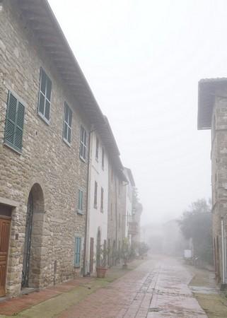 """A droite, l'esquisse de la façade du Palazzo Medievale.Dans le fond à gauche, le restaurant """"L'Oso"""" (deuxième façade blanche; elle est pourvue d'un balcon)."""