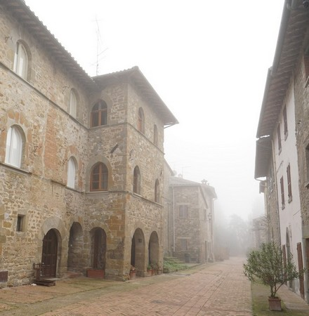A gauche, la façade du Palazzo Medievale cette fois bien visible.Tout au fond, noyé dans le brouillard, notre point de départ : l'extrémité sud de la via Guglielmi.