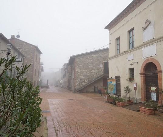 A droite, le Centre d'information - Musée du Merletto.Tout au fond, l'extrémité nord de la via Guglielmi.