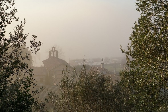 Le clocher de l'église del Buon Gesù prise depuis la strada di San Salvatore.Le brouillard qui enveloppe la via Guglielmi se devine sans peine.A droite de l'église, à peine discernables, les deux darses de l'Isola.