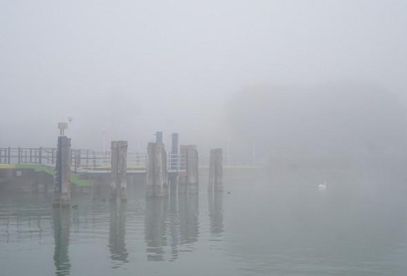 """Longeant le flanc sud du pontile, je commence à dscerner la rive de l'Isola.Dans la partie gauche de la photo, on aperçoit un poste latéral d'accueil des """"traghetti""""."""