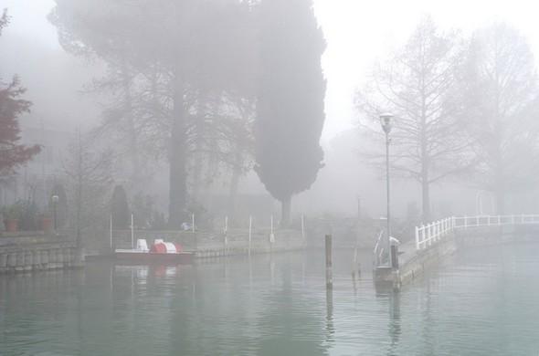 Fin de la traversée.Mais une Isola Maggiore toujours enfermée sous une chape oppressante.