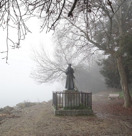 Au bout de l'esplanade, la statue. de saint François d'Assise.