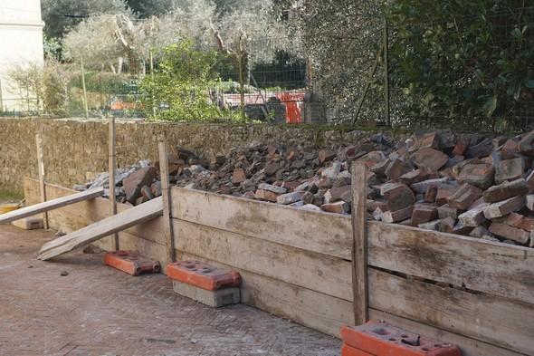 Il cumulo di rifiuti.Piazzetta San Francesco.