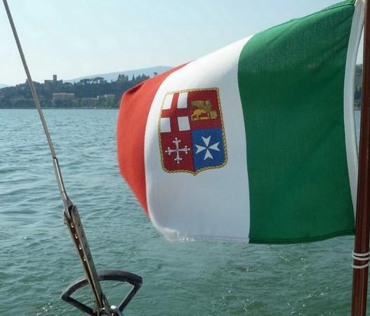 Le drapeau maritime italien flotte à la poupe de notre voilier...