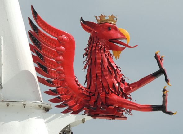 Le griffon ailé, emblème de la ville de Perugia, trône fièrement à l'avant de ce grand traghetto.