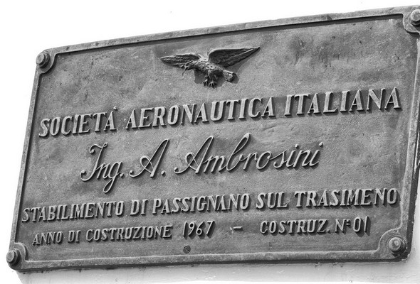 Plaque commémorative fixée juste sous la passerelle de navigation.