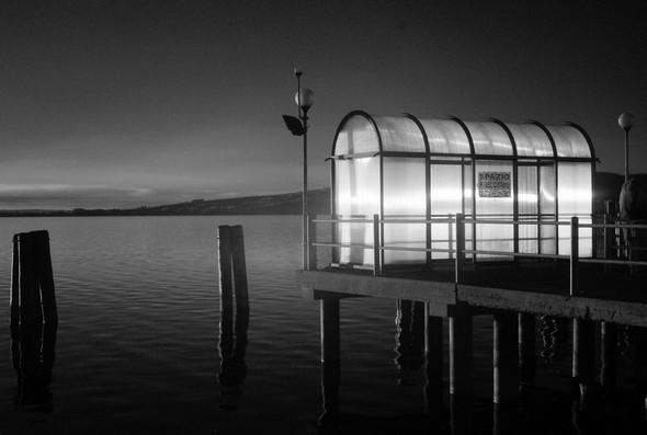 Le crépuscule transforme l'abri du débarcadère en un ultime adieu au jour.Isola Maggiore.2/11/2014  -  17:57