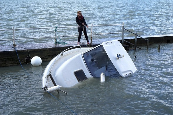 On commence par écarter la barque du quai.