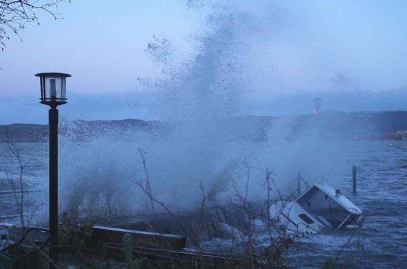 Attaque frontale des vagues soulevées de la digue de notre darse par les rafales du Ponant.