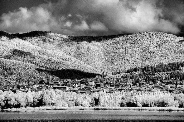 A d'autres moments, Tuoro-sul-Trasimeno, surmonté par ses collines, Déploit largement la cuvette où Hannibal piégea les légions romaines.