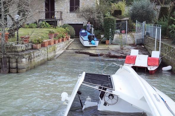 Cristiano tracte la barque depuis la rampe de mise à l'eau.Malheureusement la barque est toujours couchée sur son flanc babord.
