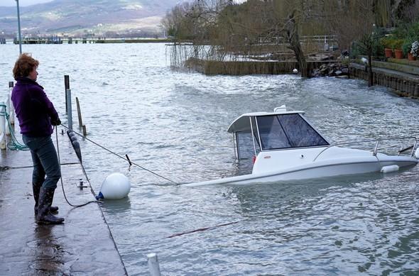 Complètement décollée du quai, notre barque pointe sa proue en direction de notre rampe de mise à l'eau.