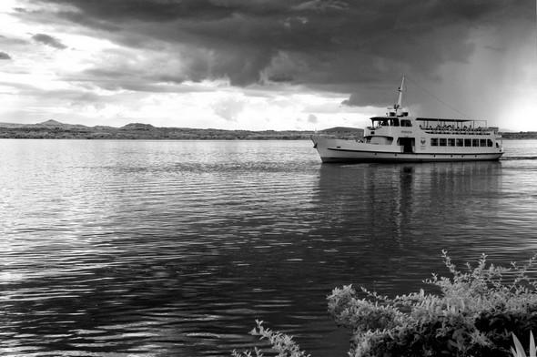 Le traghetto s'apprête à virer pour venir s'accoster au débarcadère de l'Isola Maggiore.