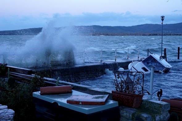 Une vague vient de s'éclater à la base de la digue.Une autre approche en direction du point d'amarrage de notre barque.