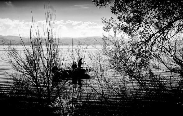 Au bord du lungolago, toute la sérénité apaisante du pêcheur.Isola Maggiore.