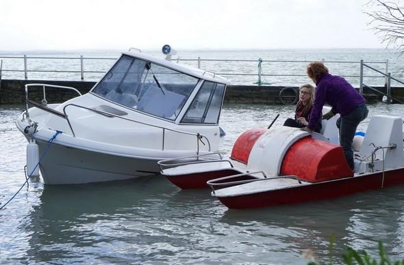 ENtrée en action du pédalo pour aller écoper suffisament pour remettre la barque en position quasi verticale.
