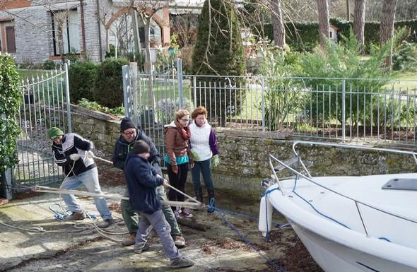 A l'aide d'une poulie multiplicatrice de force, Edoardo Silvi et son équipe ont achevé la remontée à terre de notre barque.