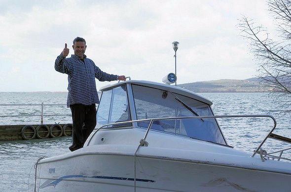 Signe de victoire de Cristiano.La première partie de la manoeuvre est réussie.Notre barque a été arrachée aux flots !