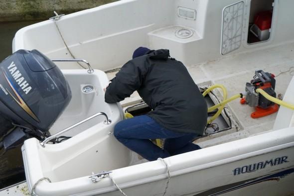 Massimiliano a ouvert les dessous de notre barque pour en pomper l'eau avec le dispositif qu'il a apporté.