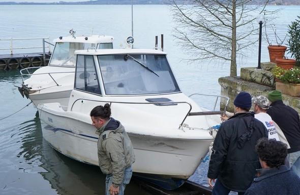 Tout le monde s'y met pour la poussée finaletandis que Cristiano repart vers sa barque pour préparer le remorquage.