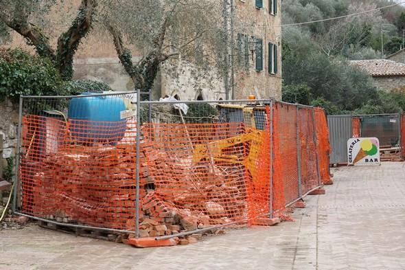 Important déploiement du matériel et des matériaux du chantier.Au fond, la fin du chantier en cours devant le bar de Silvia.A cet endroit, la via Guglielmi est réduite à un étroit passage latéral.