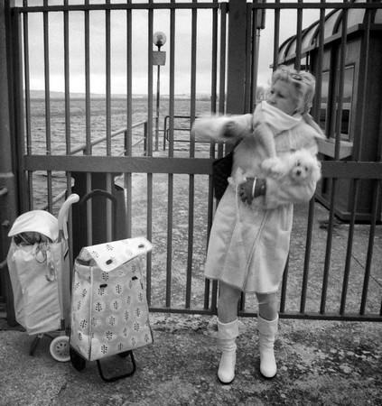 Retour de courses, Fabienne s'emmitoufle comme elle peut, tout en protégeant Charley (le chien de Stéphanie).