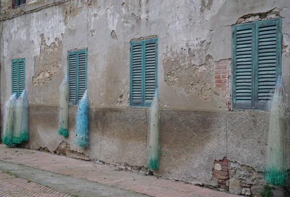 Les nombreux filets de pêche visibles dans la via Guglielmi rappelle sans cesse l'ancestrale vocation halieutique de l'Isola Maggiore.