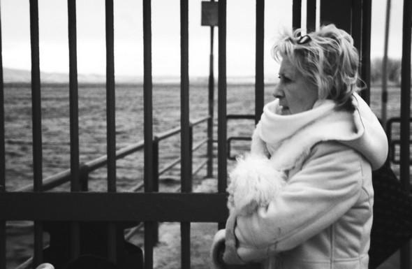 Dans le froid, le glacial et la pluie, Fabienne guette impatiemment l'arrivée du traghetto libérateur.