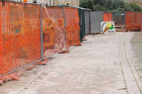 La longueur de la zone de stockage du matériel et des matériaux donne une idée de l'ampleur du travail de cette phase de 2016.