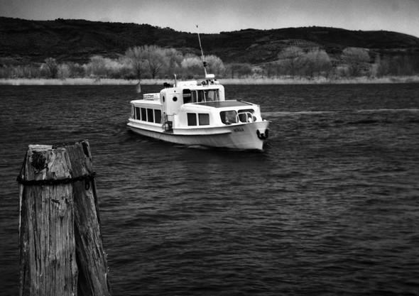 Après son dernier virage, il se prépare à l'accostage au débarcadère de Tuoro-Navaccia. Quel soulagement ! Deux à trois minutes encore, et nous serons enfin abrités !