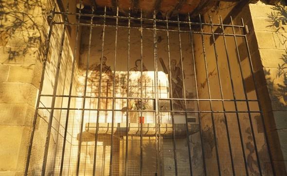 La lumièredouce et chaude entre dans la chapelle et éclaire partiellement la fresque.