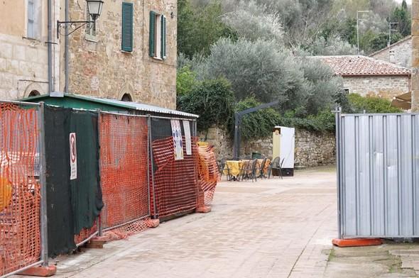 Le chantier devant chez Silvia est terminé.La via Guglielmi est de nouveau accessible dans toute sa largeur.