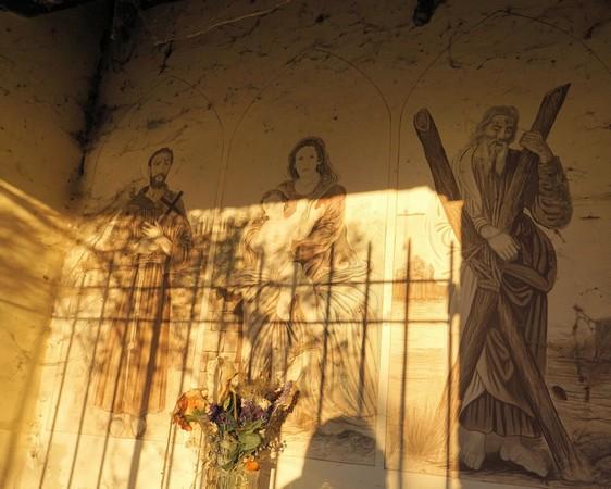 La fresque.De gauche à droite :Saint François d'Assise.La Vierge et l'Enfant.Saint André et sa croix.