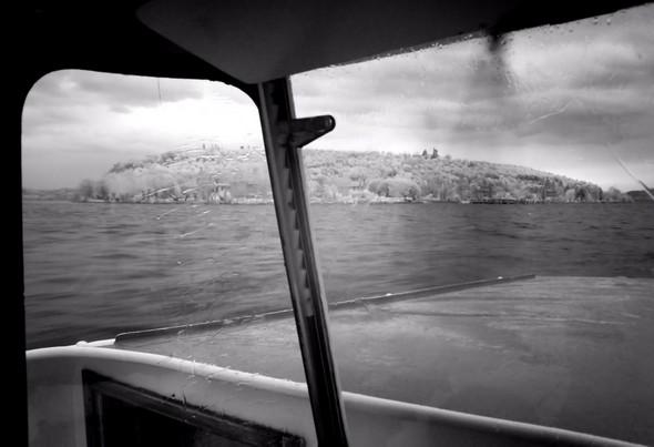 On est proche de l'Isola Maggiore.On longe sa rive ouest en direction de sa pointe sud.Ensuite, à mi-chemin, le traghetto va virer à babord pour venir s'aligner sur son poste au débarcadère.