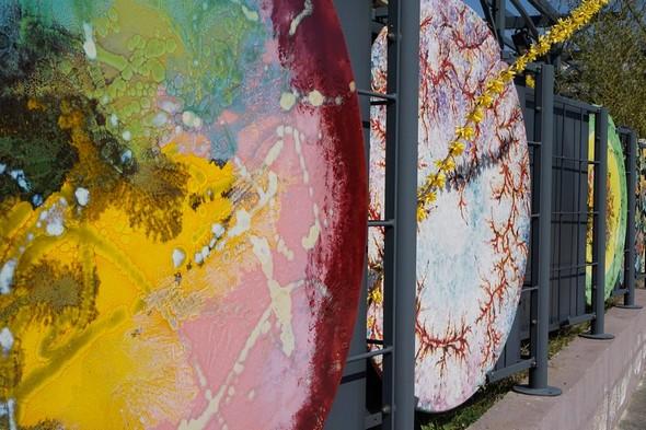 """Deux tables en céramique peinte exposées à l'extérieur d'un des grands magasins situés en bas de la cité, juste à la sortie de la """"superstrada""""."""